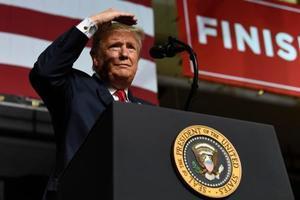 11日、米テキサス州エルパソで演説するトランプ大統領(AP=共同)