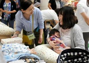 クッションを使った授乳方法を学ぶ親子たち=佐賀市兵庫北のゆめタウン佐賀