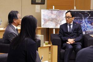 県産素材を使ったスキンケア商品について説明する小林章一社長(右)=佐賀県庁
