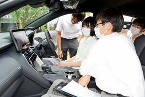 広告を制作するSUV車の機能を確かめる生徒たち=有田町の有田工高