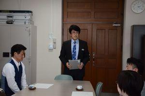 授業の前に講師へあいさつする永田彰浩校長