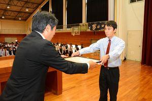 JR九州鉄道事業部から感謝状を受け取る谷口生徒会長=唐津市の厳木高校