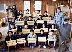 木工体験で万能台を作った大川内小5年生=伊万里市大川内町の「ピノキオの家」
