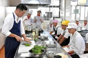 実演指導する中江シェフ(左)と参加した高校生ら=佐賀市の西九州大学佐賀調理製菓専門学校
