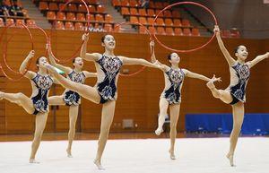 新体操女子団体 堂々の演技で42連覇を果たした佐賀女子=佐賀市の県総合体育館