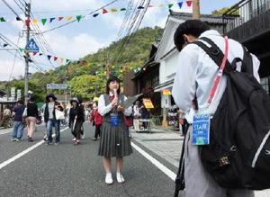路上でリポート動画を撮影する有田工放送部