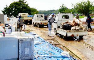 浸水した家具などの災害ごみが運び込まれた仮集積場。消防団が分別を担った=8日午前11時15分ごろ、藤津郡太良町多良の町有地