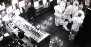 男性従業員がタックルされた直後の店内=14日未明、熊本市中央区(ベーコンエッグ提供)