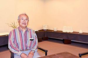 傘寿記念の個展を開いている宮尾正隆さん=佐賀市の高伝寺前村岡屋ギャラリー