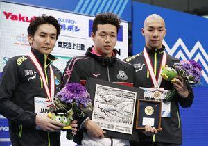 男子400メートル自由形で初優勝した吉田啓祐。左は2位の江原騎士、右は3位の宮本陽輔=東京辰巳国際水泳場
