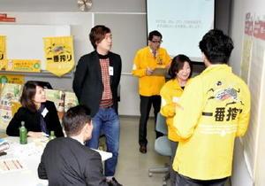 「一番搾り 佐賀づくり」に適した料理や楽しみ方についてアイデアを出し合うプロジェクトメンバーら=佐賀市のアイスクエアビル
