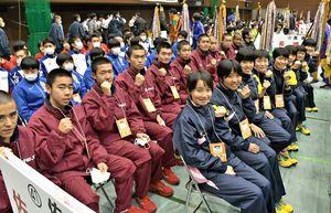 引き締まった表情で開会式に臨む男子・鳥栖工、女子・佐賀清和の選手たち=京都市のハンナリーズアリーナ
