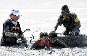 泥まみれになりながらゴールを目指す児童たち=鹿島市の七浦海浜スポーツ公園