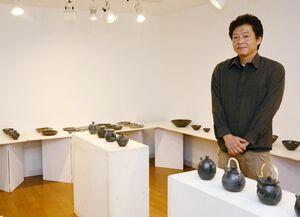 「黒」をテーマにした新作展を開いている川本太郎さん=佐賀市松原のシルクロ