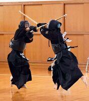 剣道個人男子決勝 メンを決め、優勝した鳥栖の徳山鳳士(右)=基山町総合体育館武道場