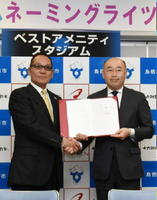 契約後、握手するベストアメニティグループの内田代表(左)と橋本市長=鳥栖市のベストアメニティスタジアム