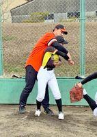 子どもたちに投球を指導する藪恵壹さん=有田町の赤坂球場
