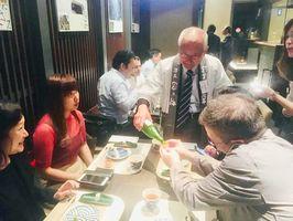 県産食品、日本酒を現地レストランのオーナーなどに試食してもらった商談会=香港の飲食店「佐楽」(提供写真)