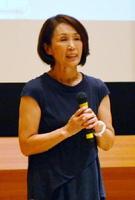 大空小での経験を語る初代校長の木村泰子さん=唐津市の高齢者ふれあい会館りふれ