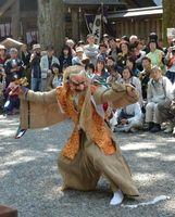 多くの見物客が見守る中、勇壮な神楽の舞などが奉納される天岩戸神社春季大祭=2018年5月3日