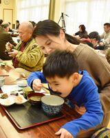 女山大根の食事会。市内外から100人以上が訪れ、試作中の漬物も試食した=多久市の西多久公民館