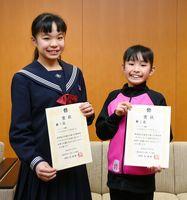 バトントワーリング全国大会で連続優勝を果たした久保柚葉さん(左)香葉さん姉妹=武雄市役所