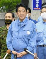 熊本県球磨村と人吉市の視察を終え、記者の質問に答える安倍首相=13日午後、人吉市(代表撮影)