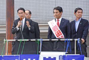 岩田候補の支持を呼び掛ける自民党の岸田政調会長=佐賀市のJR佐賀駅近く