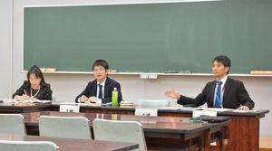パネル討論で議論する市川聖教諭(中央)と春田久美子弁護士(左)=佐賀市の佐賀北高