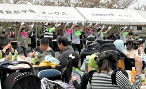 ボランティアの踊りを見ながら、食事を楽しむ利用者ら