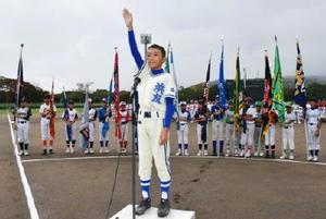 選手宣誓する浜友少年野球クラブの鴨川恭弥主将=唐津市野球場