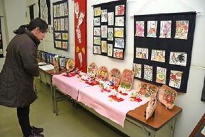 画材もさまざまな約500点が並ぶ絵手紙展=武雄市山内町の三間坂郵便局