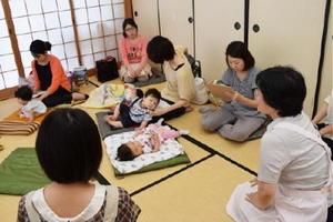 佐賀大学が開いている授乳相談会。助産婦の資格を持つ教授らが個別に相談に応じる=佐賀市の鍋島公民館