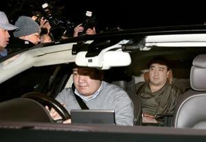 17日、鳥取県警の事情聴取を終え、両国国技館を出る横綱日馬富士関(右)=東京都墨田区