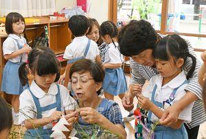 祖父母や地域のお年寄りと一緒に、七夕の飾り付けをする園児たち=佐賀市の三光幼稚園