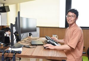 東京から帰郷し、IT会社を設立した上瀧浩然さん=小城市牛津町の木原ビル