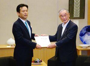 要望書を山口祥義知事(左)に手渡した井田出海会長=佐賀県庁