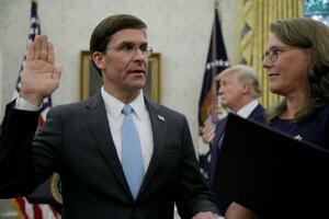23日、米国防長官就任の承認を受け、ホワイトハウスで宣誓するエスパー氏(左)(ゲッティ=共同)