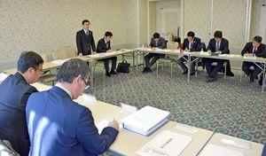 規定を変更し、部活動指導員による生徒の大会引率を認めることを決めた県中体連の理事会=佐賀市のグランデはがくれ