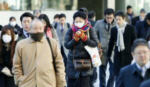 厳しい冷え込みの中、通勤する人たち=2018年1月、東京・丸の内