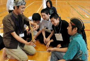 インドネシアの楽器「アンクルン」に注目する生徒たち=佐賀市三瀬村の小中一貫校三瀬校中学部