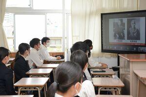 佐賀の商業教育に影響を与えた偉人について講話を聞く生徒=佐賀市の佐賀商業高