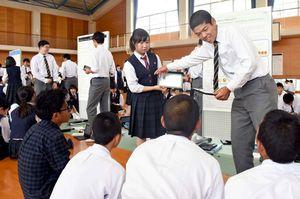 英語で1年間の研究の成果について発表する致遠館高理数科の3年生たち=佐賀市兵庫北の同校