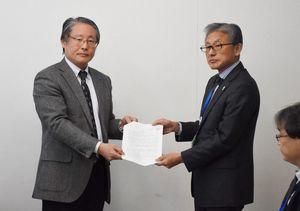 佐賀県の志岐宣行産業労働部長(右)に要請書を手渡した青栁直会長=佐賀市の自治会館