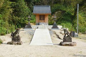 新しくなった野田明神社の本殿。新しい鳥居は本殿の真正面に建てられる=唐津市浜玉町