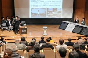 佐賀県の有田焼創業400年事業に参加した8グループが成果や課題を紹介した産地報告会=西松浦郡有田町の県窯業技術センター