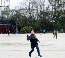自分で作ったたこを揚げる子どもたち=佐賀市の若楠小学校