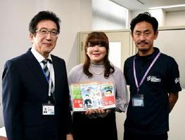 漫画に登場する江島宏さん(右)と作者の松井美由紀さん(中央)、漫画を受け取った白水敏光教育長=佐賀県庁