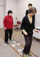 コグニサイズ運動を楽しむ参加者たち=佐賀市のメートプラザ佐賀