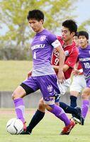 最終ラインでチームを支える龍谷主将のDF柴田陸玖(左)=3日の準決勝・佐賀東戦